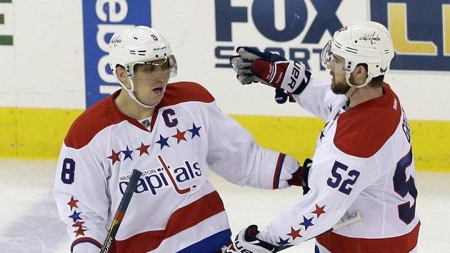 Obránce Green (vpravo) gratuluje washingtonskému spoluhráči Alexandru Ovečkinovi ke čtyřem stovkám nastřílených gólů v NHL