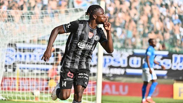 Útočník Českých Budějovic Fortune Bassey slaví gól proti Baníku Ostrava v zápase 3. kola Fortuna ligy.