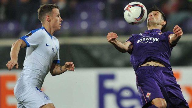Liberecký Jan Sýkora přihlíží, jak Nikola Kalinič zpracovává míč při utkání Evropské ligy s Fiorentinou.