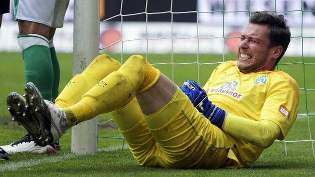 Zraněný brankář Werderu Brémy Jiří Pavlenka v duelu s Mönchengladbachem.