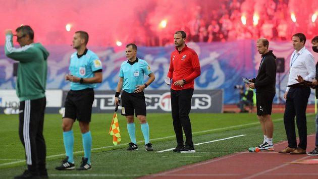 Trenér Baníku Ondřej Smetana (uprostřed) při utkání s Bohemians. Ilustrační foto.