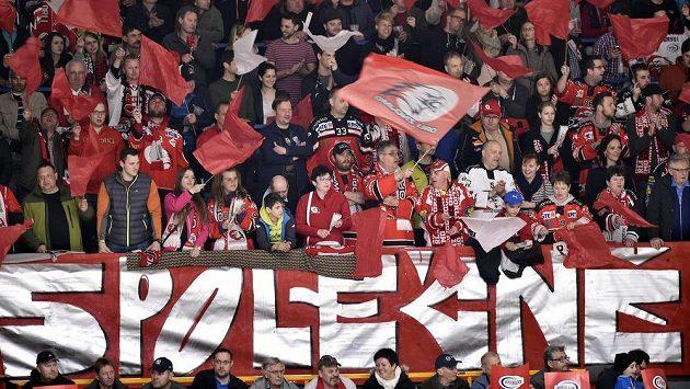 Znojemští fanoušci na vyprodaném stadiónu při finále EBEL ligy.