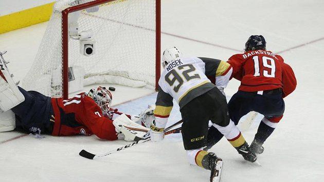 Tomáš Nosek (92) překonává washingtonského gólmana Holtbyho v poslední třetině třetího finále NHL.