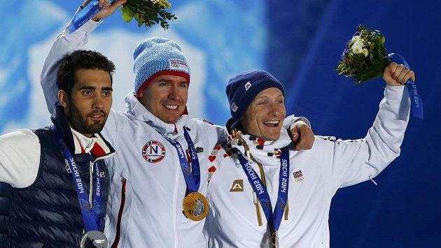 Nor Emil Hegle Svendsen (uprostřed), stříbrný Martin Fourcade (vlevo) z Francie a bronzový medailista Ondřej Moravec, trio nejlepších biatlonistů ze závodu na 15 km s hromadným startem.