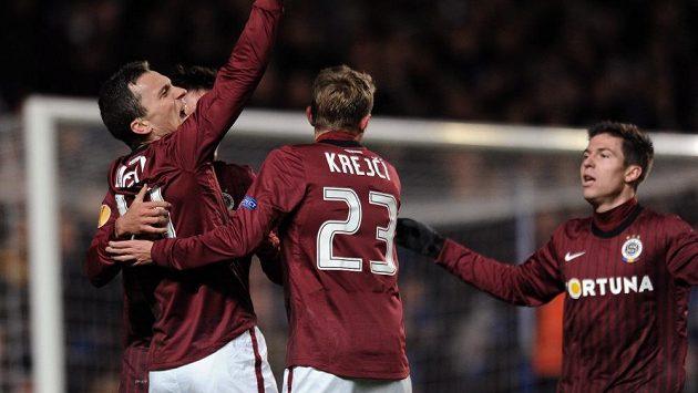 David Lafata (vlevo) slaví se svými spoluhráči gól proti Chelsea.