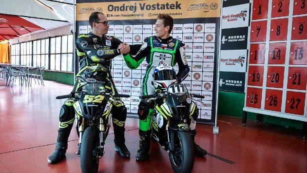 Patnáctiletý český motocyklový jezdec Ondřej Vostatek se pokusí v barvách elitního týmu Aspar Racing udělat další krok k postupu do mistrovství světa. Pomoci má i bývalý vynikající závodník Lukáš Pešek.