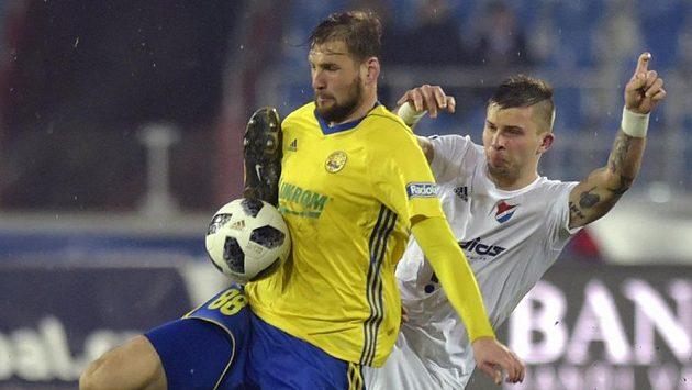 Zleva Tomáš Poznar ze Zlína a Arťom Mešaninov z Baníku.