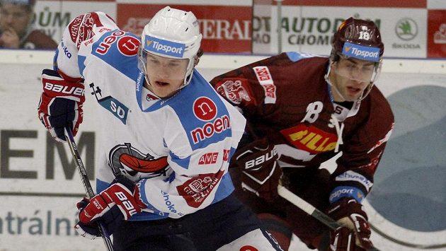 Chomutovský hráč David Kämpf a Andrej Kudrna ze Sparty.