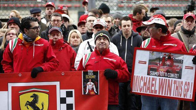 Fanoušci se modlí za zraněného Michaela Schumachera ve Spa-Francorchamps.