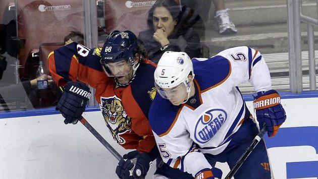 Obránce Edmontonu Oilers Mark Fayne (5) v souboji s Jaromírem Jágrem (68) z Floridy.