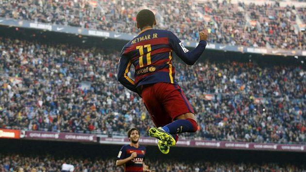 Útočník Barcelony Neymar oslavuje na Camp Nou jeden ze svých dvou gólů do sítě Villarrealu.