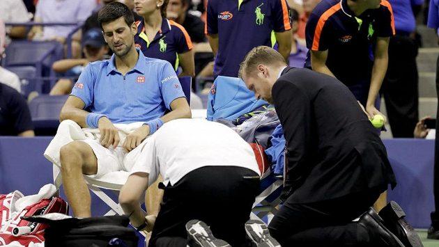 Novak Djokovič ze Srbska při ošetření ve finále US Open.