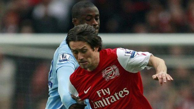 Tomáš Rosický z Arsenalu se snaží uniknout Yayovi Tourému z Manchesteru City.