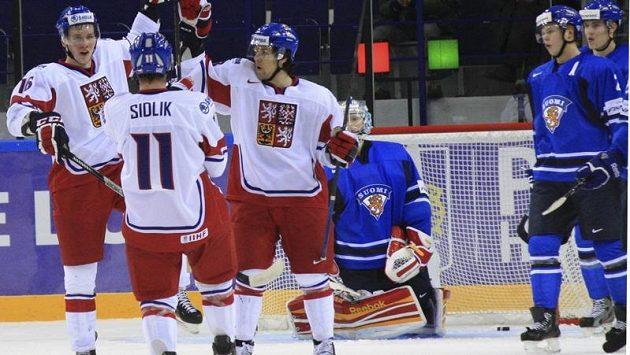 Radost českých hokejových juniorů po gólu ve finské síti.