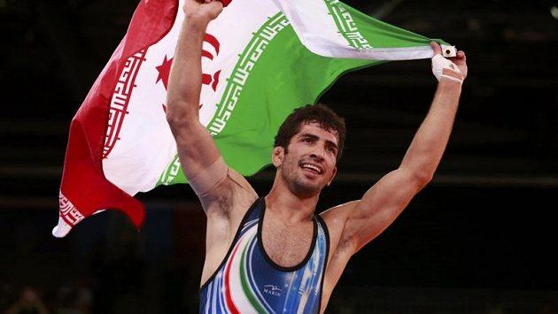Íránský zápasník Omid Hadži Norúzí oslavuje zlatou olympijskou medaili.