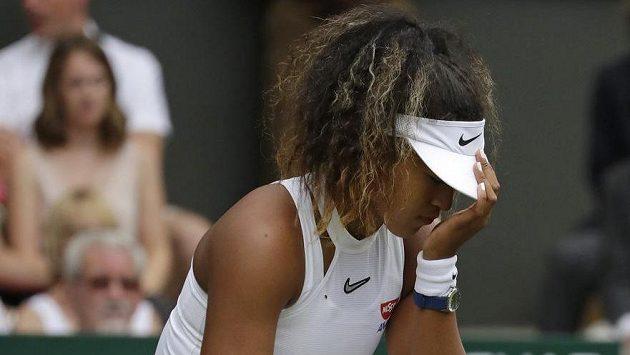 Utrápená Naomi Ósakaová v prvním kole Wimbledonu.