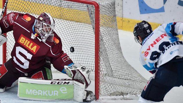 Michal Birner z Liberce střílí druhý gól, brankář Sparty Matěj Machovský už zasáhnout nestačil.