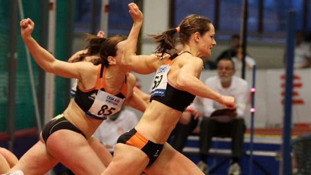 Kateřina Cachová finišuje při mistrovství republiky před Lucií Škrobákovou.
