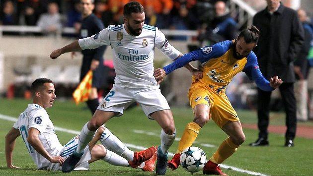 (Zleva) Lucas Vázquez a Dani Carvajal z Realu Madrid v souboji se Stathisem Aloneftisem z APOEL Nikósie.
