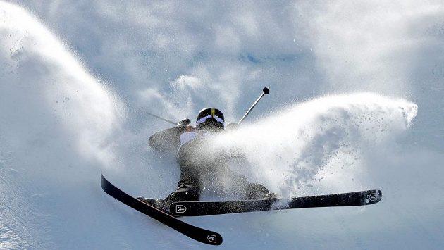 Śvýcarská akrobatická lyžařka Mathilde Gremaundová při své jízdě ve slopestylu na olympijských hrách v Pchjongčchangu.