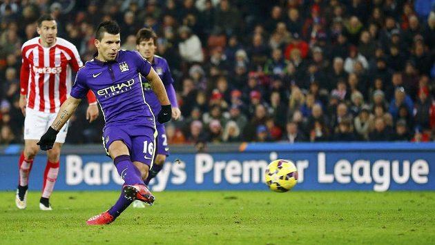 Argentinský útočník Sergio Agüero střílí z penalty třetí gól Manchesteru City na půdě Stoke.