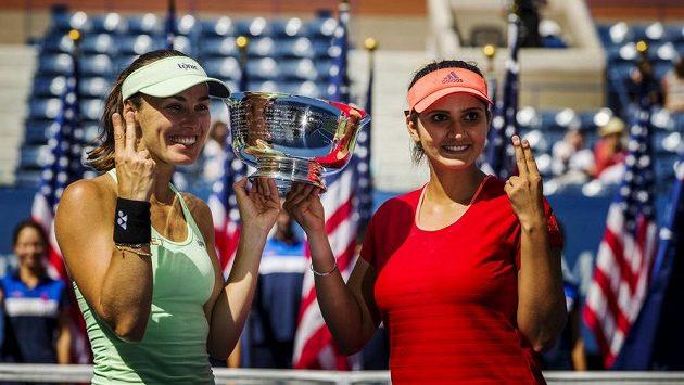 Švýcarka Martina Hingisová a Sania Mirzaová z Indie po triumfu na US Open.