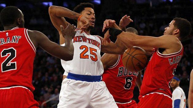 Rozehrávač New York Knicks Derrick Rose v obležení hráčů Chicaga.