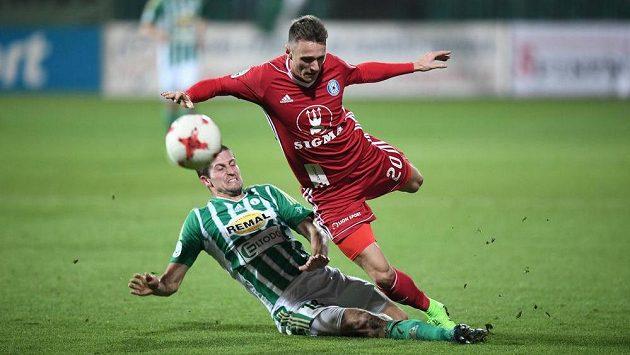 Olomoucký fotbalista Falta padá po zákroku hráče Bohemians v utkání 13. kola HET ligy.
