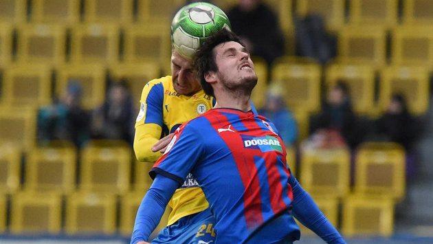 Jan Krob z Teplic a Milan Havel z Plzně ve vzdušném souboji během 15. kola fotbalové HET ligy.