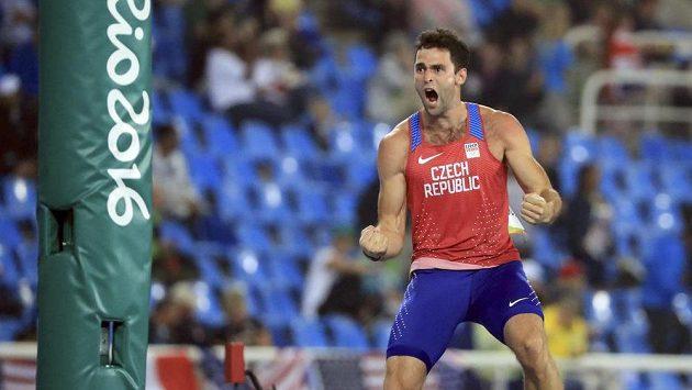 Euforie tyčkaře Jana Kudličky v olympijském finále.
