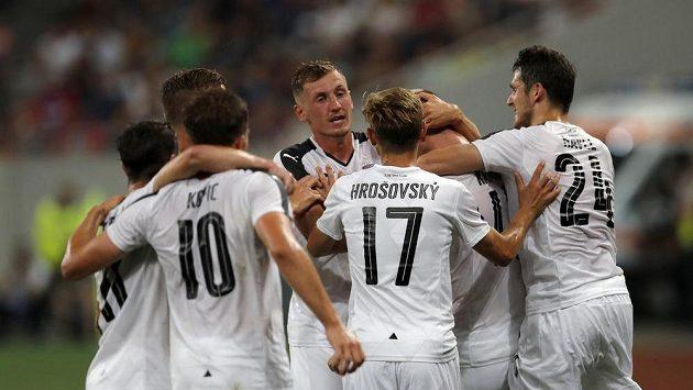 Plzeňský Michael Krmenčík se raduje z gólu proti FCSB se svými spoluhráči.