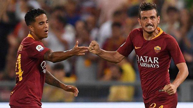 Fotbalista AS Řím Alessandro Florenzi sice slaví se spoluhráčem gól v duelu s Atalantou Bergamo, ale utkání 2. kola italské ligy nakonec nemělo po remíze 3:3 vítěze.