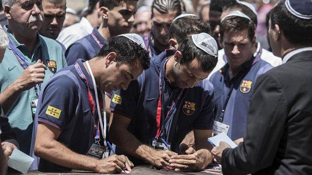 Barcelonský Xavi Hernandez (vlevo) se svými spoluhráči zapsali poselství do prasklin u Západní zdi v jeruzalémském Starém městě.