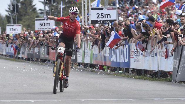 Český biker Ondřej Cink projíždí cílem na páté příčce v závodě SP v cross country horských kol v Novém Městě na Moravě v kategorii muži Elite.