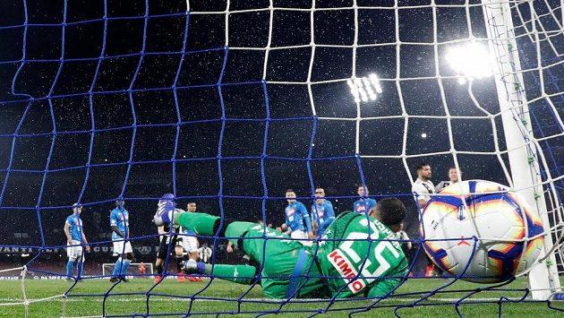 Míč je za zády brankáře Neapole Davida Ospiny po střele Miralema Pjaniče z Juventusu.