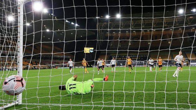 Fotbalista Manchesteru City Kevin De Bruyne dává gól z penalty proti Wolves.