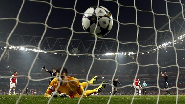 Gól! Hráči Bayernu slaví, brankář Arsenalu Wojciech Szczesny už jen zpytuje svědomí.