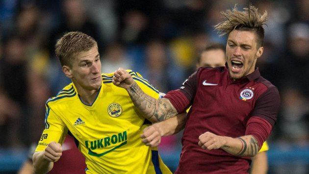 Střelci gólů zlínský stoper Jakub Jugas (vlevo) v souboji se sparťanem Václavem Kadlecem v zápase 7. ligového kola.