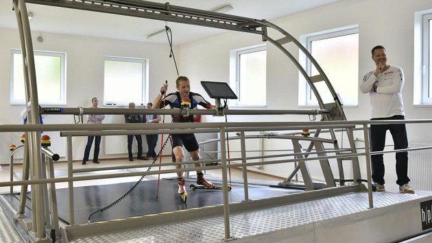 Biatlonista Ondřej Moravec vyzkoušel v Jablonci nad Nisou jízdu na kolečkových lyžích na novém pásu.