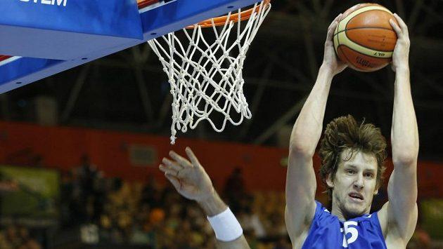 Basketbalista Jan Veselý v duelu ME s Polskem.