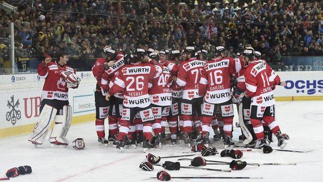 Hokejisté Kanady slaví vítězství ve Spengler Cupu.