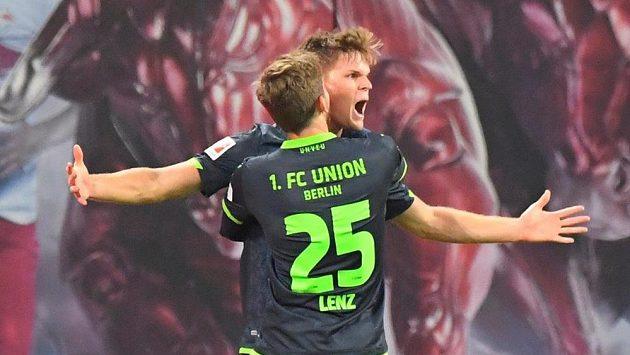 Marius Bulter a Christopher Lenz z Unionu se na snímku z lednového zápasu s Lipskem radují z gólu.