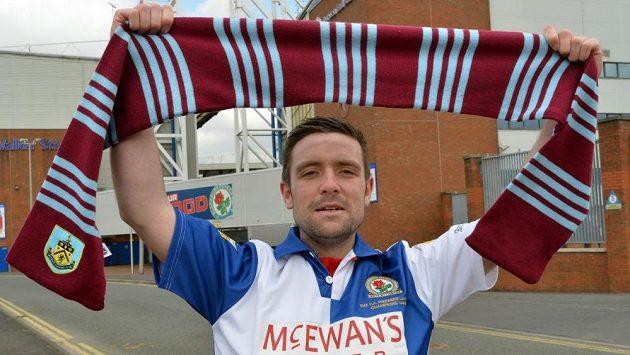 James McDonagh v dresu Blackburnu, avšak v rukou drží šálu svého oblíbeného týmu Burnley FC.