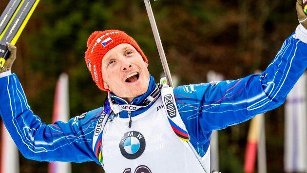 Český biatlonista Ondřej Moravec se raduje při nástupu na stupně vítězů po závodě s hromadným startem v německém Ruhpoldingu.