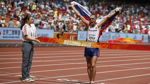 Slovenský atlet Matej Tóth se raduje v cíli chodecké padesátky na mistrovství světa v Pekingu.
