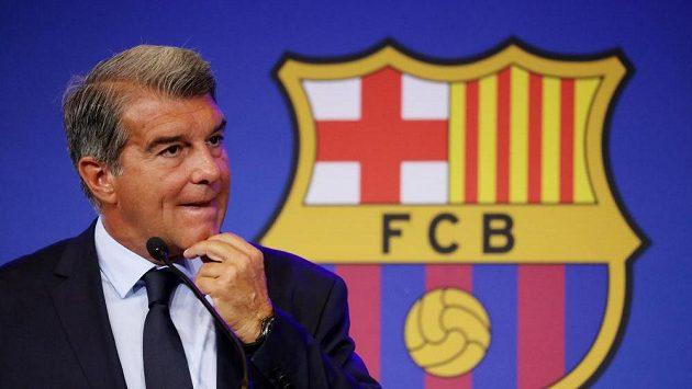 Prezident Barcelony Joan Laporta hovoří k novinářům na tiskové konferenci.