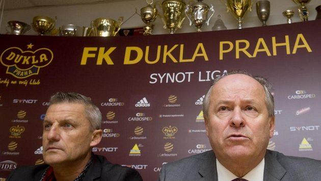 Majoritní vlastník Dukly Petr Paukner (vpravo) a výkonný ředitel klubu Michal Šrámek na tiskové konferenci před startem jarní části sezóny.