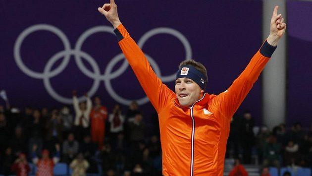 Nizozemský rychlobruslař Svan Kramer slaví vítězství v závodě na 5000 m na olympijských hrách v Pchjončchangu.
