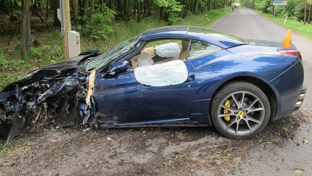 Zdemolovan� ferrari Jakuba Vor�čka po středečn� nehodě s n�kladn�m autem pobl� Kladna.