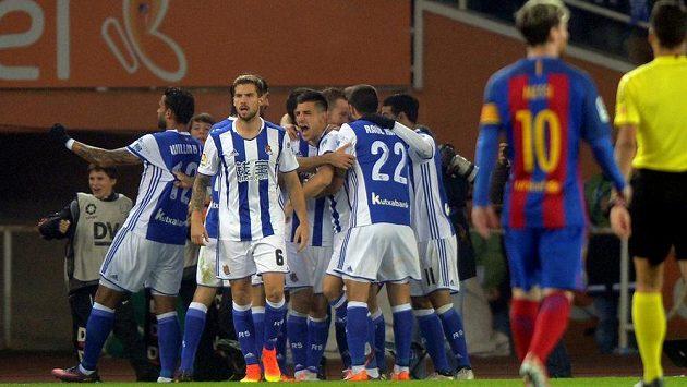 Fotbalisté Realu Sociedad slaví gól proti Barceloně.